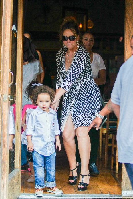 Mariah Carey enjoys Pizza for lunch with her kids.