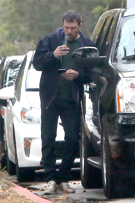 Ben Affleck smoking cigarrtes while dropping the kids at school